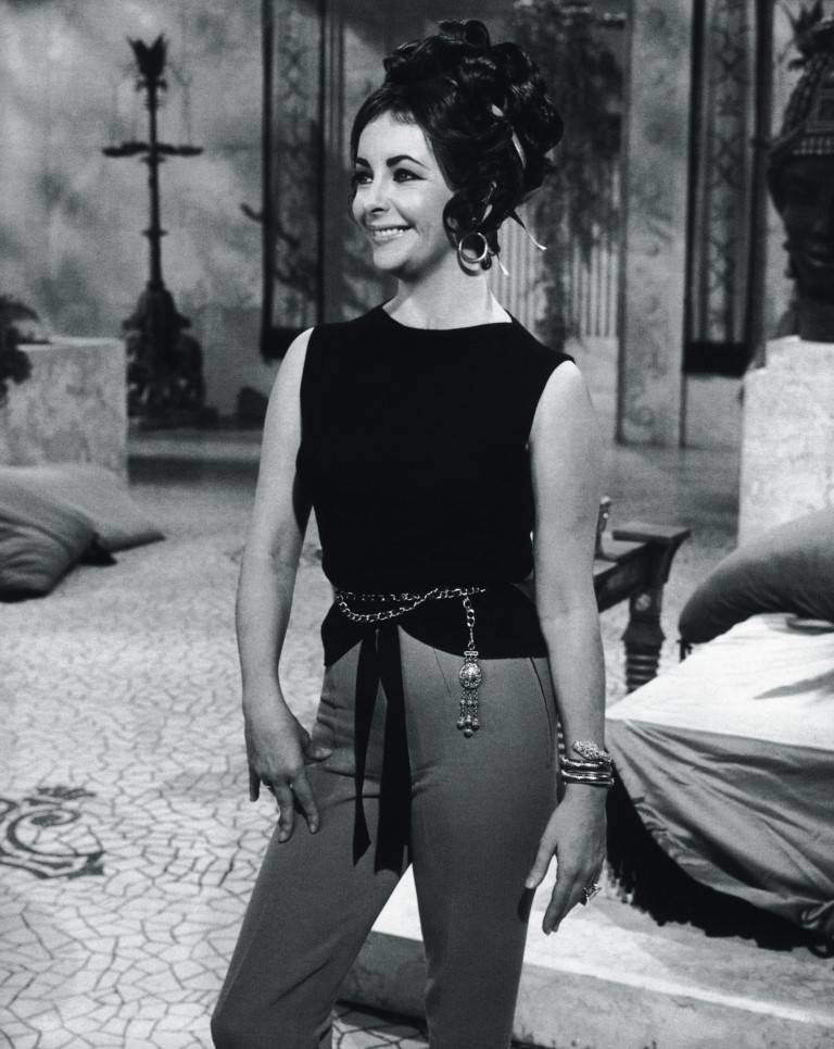 Elizabeth Taylor on the film set of Cleopatra in Rome wearing Serpenti 1962 bracelet-watch