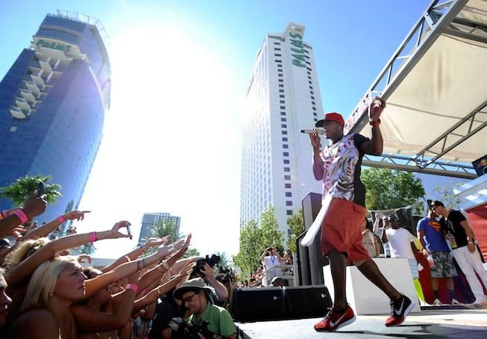 Ne-Yo ignites crowd while performing at Palms Pool. Photos: David Becker/WireImage
